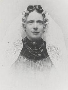 Mejuffrouw Van der Maas (20 jaar oud) uit Wissenkerke in Noord-Bevelandse dracht. Ze draagt de 'lange muts'. Aan de krullen van het oorijzer hangen 'catrieljebellen', ingelegd met een krans granaatjes. Om haar hals een lang granaten halssnoer met een tonslot, eveneens met granaatjes ingelegd. ca 1898 #NoordBeveland #Zeeland