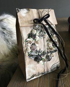 Det er koselig å ha med seg en liten oppmerksomhet når en er bedt bort. Denne gaveposen viser jeg hos @papirdesign i dag #papirdesign… Card Tags, Cards, Master Class, Scrapbooks, Diy And Crafts, Diy Ideas, Gift Wrapping, Pattern, Gifts