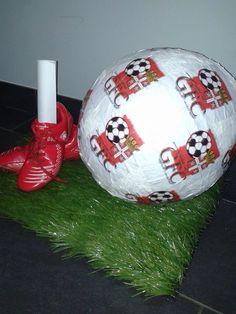Surprise : oude voetbalschoenen, stukje kunstgras en papier-maché voetbal