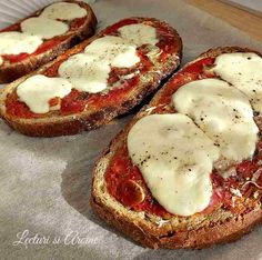bruschette la cuptor Cooking Bread, Cooking Recipes, Healthy Recipes, Balanced Meals, Dessert Bars, Party Cakes, Quick Easy Meals, Mozzarella, Carne