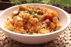 Kürbis, Kokosmilch und Erdnüsse als Basis für ein Curry sind in meinen Augen immer ein Gewinner. Das ist ein Essen, das ich fast jede Woche essen könnte. Die rote Currypaste bringt noch etwas Schär...