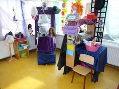 Thema de kapsalon, Prins Clausschool. Dramatic Play Themes, Dramatic Play Area, Dramatic Play Centers, People Who Help Us, Fantasy Play, Role Play Areas, Hair Shop, Play Centre, Baby Center