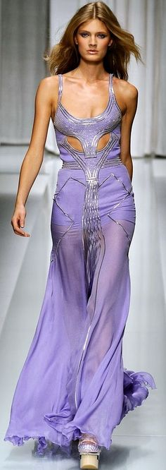 Celebrities who wear, use, or own Versace Spring 2010 RTW Purple Gowns Dress. Also discover the movies, TV shows, and events associated with Versace Spring 2010 RTW Purple Gowns Dress. Foto Fashion, Runway Fashion, Fashion Models, High Fashion, Fashion Show, Latest Fashion, Fashion Trends, Fashion 2015, Estilo Glamour