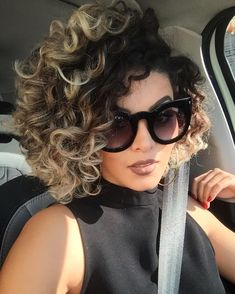 56 Trendy hair color two tone bob hairstyles Ombre Curly Hair, Curly Hair With Bangs, Curly Hair Cuts, Ombre Hair Color, Short Curly Hair, Curly Hair Styles, Natural Hair Styles, Frizzy Hair, Kinky Hair