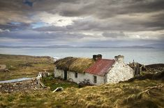 Oh to live in a beautiful cottage by the sea.and we wonder why the Irish are such a proud bunch! Oh to live in a beautiful cottage by the sea.and we wonder why the Irish are such a proud bunch! Irish Cottage, Old Cottage, Irish Landscape, Ireland Landscape, Residence Architecture, Cottages By The Sea, Irish Art, Donegal, English Countryside