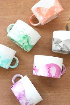 ¿Sabía usted que puede hacer tazas de mármol bricolaje fresco con esmalte de uñas?  Es fácil y se puede tener hermosas tazas de minutos que cuestan menos de un dólar cada uno!