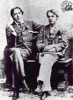 """Una storia famosa e molto triste questa di Oscar Wilde e Lord Alfred Douglas (detto Bosie). Ebbe una relazione con Oscar Wilde e da questo fatto - scoperto dal padre - nacque il processo per diffamazione che però portò alla condanna e alla carcerazione Oscar Wilde. Guardate lo spezzone dal film """"Oscar Wilde"""" in cui viene letta la poesia """"Due amori - L'Amore che non osa dire il suo nome""""  #lordalfreddouglas, #oscarwilde, #processo, #amore, #omosessualità, #italiano, #poesia, #poesiarecitata,"""