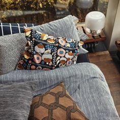 Textiles y estampados Marimekko Brown Throw Pillows, Bed Pillows, Bed Linens, Cushions, Luxury Bedding Collections, Home Collections, Marimekko Bedding, Scandinavian Home Interiors, Beige Bed Linen