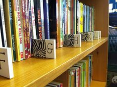 Classroom library organization for the upper elementary school ***just pic**** Library Signage, Library Labels, Library Organization, Classroom Organisation, Classroom Decor, School Library Decor, School Library Displays, Elementary School Library, School Libraries