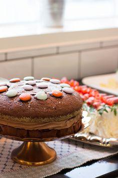 Sacherkakku suklaamoussetäytteellä
