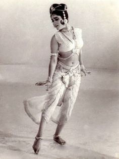 Vyjayanthimala in the film on the life of Amrapali, the Licchavi courtesan who converted to Buddhism. Indian Bollywood Actress, Bollywood Actors, Indian Actresses, Bollywood Photos, Beautiful Indian Actress, Beautiful Actresses, Costume Blanc, Indian Costumes, Indian Classical Dance
