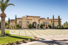Today's luxury home of the day is located in Paradise Valley, AZ. Paradise Valley is known as the Tuscan Style Homes, Spanish Style Homes, Spanish House, Spanish Colonial, Hollywood Homes, Rich Home, Mediterranean Home Decor, Mediterranean Architecture, Paradise Valley