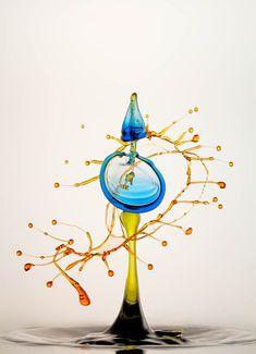«Splashes» est une série de magnifiques sculptures liquides, à base de goutes d'eau colorées photographiées à grande vitesse, réalisée par le photographe allemand Heinz Maier. De l'art liquide qui rappelle les photographies Water Figures de Linden Gledhill ou les photographies de Michael Dykstra.