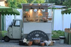 Bakery Truck //Dude, this just makes me want to bake all the things and then sell them in tiny food truck form. Food Trucks, Mobile Cafe, Mobile Shop, Design Japonais, Food Vans, Coffee Truck, Cafe Shop, Deli Shop, Bakery Cafe