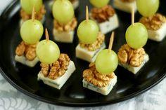 SYLWESTROWE KORECZKI: Z WINOGRON, ORZECHÓW WŁOSKICH I SERA PLEŚNIOWEGO mała kiść białych winogron opakowanie sera z niebieską pleśnią (najlepszy jest ser typu lazur) szklanka połówek orzecha włoskiego Ser kroimy w ok. 2 cm kwadraty. Winogrona myjemy, osuszamy i wybieramy grona równej wielkości. Na wykałaczkę nadziewamy kawałek sera, następnie kładziemy nań połówkę orzecha włoskiego, a na wierzch nadziewamy winogrono. Koreczki podajemy do wina.