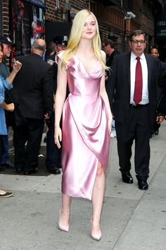 A Royal Wardrobe: Elle Fanning's Sleeping Beauty Style. Esse vestido é M-A-R-A-V-I-L-H-O-S-O.