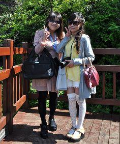 Dos turistas posan amablemente para que les haga una foto en la isla de Jeju, en Seongsan Ilchulbon.