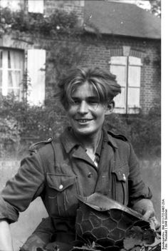 Young German soldier in Normandy nite the uniform and chicken wired helmet. German Soldier, German Army, Luftwaffe, Erwin Rommel, Germany Ww2, Man Of War, The Third Reich, Historical Images, D Day