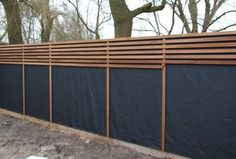 House Plant Maintenance Tips Schutting Van Plato-Hout En Worteldoek Diy Fence, Backyard Fences, Backyard Landscaping, Fence Ideas, Carport Ideas, Carport Designs, Wooden Fence, Back Gardens, Outdoor Gardens