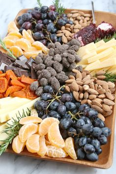 How to build a beautiful appetizer platter, filled with fruit, cheese, nuts and chocolate! This gourmet appetizer plate would be welcome at any party! Gourmet Appetizers, Appetizers Table, Appetizer Plates, Appetizers For Party, Appetizer Recipes, Party Platters, Food Platters, Cheese Platters, Cheese Table