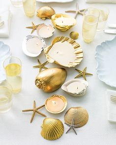 DIY spray painted shells DIY wedding planner with ideas and tips including DIY wedding decor and flowers. Everything a DIY bride needs to have a fabulous wedding on a budget! Seashell Projects, Seashell Crafts, Beach Crafts, Diy Projects, Diy Crafts, Adult Crafts, Diy Sommerprojekte, Easy Diy, Seashell Candles
