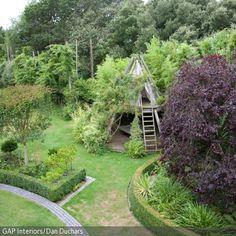 Dieses Baumhaus auf Stelzen ist der Traum eines jeden Kindes. Das Haus bietet auf zwei Ebenen den perfekten Rückzugsort im Garten.