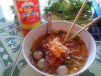 Nudelsuppen findet man überall in Thailand. Ob am kleinen Straßenstand oder in Restaurants der gehobenen Klasse. Zu den Zutaten zählen im Wesentlichen Reisbandnudeln, Fleisch vom Huhn, Rind oder Schwein, Fleischbällchen, Frühlingszwiebeln, Sojasprossen, Mungbohnensprossen, frischer Koriander und Wan Tan Blätterteig für die knusprigen Chips, die zur Suppe gereicht werden. Mehr unter: http://www.thailand-bereisen.com/2012/05/thailandische-gerichte.html