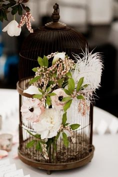 A nova febre é a decoração com luminária de mesa ou luminárias pendentes, usando lanternas e gaiolas decorativas para casamento. E temos as melhores inspirações aqui!