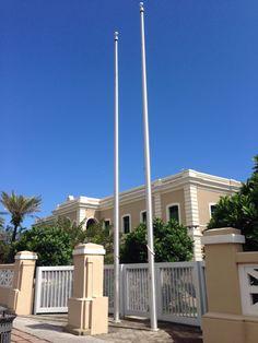 Conservatorio de Música de Puerto Rico 9:53. Se encontraron las astas vacías, siguiendo el protocolo y las leyes de cuando la institución permanece cerradas estas banderas deben de ser guardadas según termine el día laborable de ese edificio.