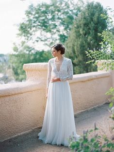 Tendance Robe De Mariée 2017/ 2018 : Timeless lace sleeved gown a la Kate Middleton: www.stylemepretty | Photograp