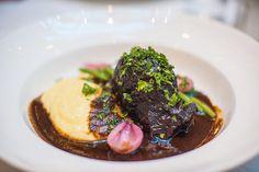 Dagens lunch på Brasserie Makalös i Stockholm. Oxkind med rödvinssky. Instafoto utan iPhone utan 1kg-kamera. :) #brasserie #makalös #brasserie_makalös #stockholm #kocksgränd #matfoto #ig_food #ig_mat #hungrig #vattnas #matfotografering #nikon #d800 #supergott #fårjaglitemer #zoranfoto French Wine, French Food, Superga, Stockholm, Nikon, Steak, Lunch, Iphone, Instagram Posts