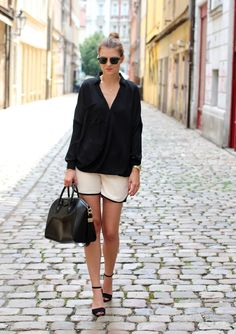 Wearing beige shorts from Frontrowshop.com and Givenchy bag. Zara heels. Outfit of the day. Inspiration. Fashion. Street style.