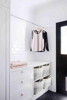 What is a mud room? House Jacket, You Come And Go, Decorating Your Home, Interior Decorating, Laundry Design, Home Organisation, Storage Baskets, Mudroom, Bookshelves