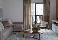 Decoração de: Sala de estar; mesa de centro oval de madeira;  Casa de Valentina