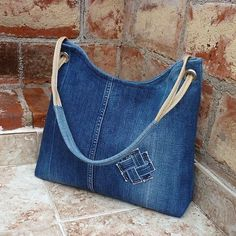 Torebka ze starych jeansów to świetny pomysł na recykling. A bag of old jeans is a great idea for recycling. See what opportunities jeans offer. A new jeans bag is something you c Denim Tote Bags, Denim Purse, Jean Purses, Purses And Bags, Do It Yourself Jeans, Bag Quilt, Denim Crafts, Recycled Denim, Quilted Bag