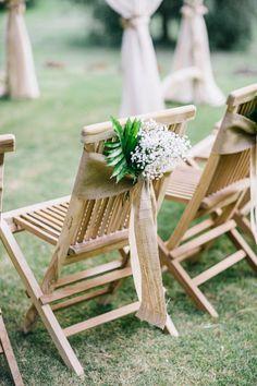 Stuhl-Dekoration für eine rustikale Hochzeit. Schärpe aus Jute – zu finden auf Etsy.
