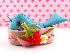 #felt bird...love the little nest-wouldn't this be a darling pincushion?!