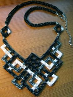 Cubic right angle weave. Close up picture on website Beaded Necklace Patterns, Beaded Jewelry Designs, Geometric Necklace, Necklace Designs, Beaded Earrings, Seed Bead Necklace, Seed Bead Jewelry, Bead Jewellery, Diy Collier