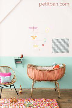 Toute la panoplie Petit Pan se trouve dans cette chambre de bébé : tour de lit, plaid, coussins, mobile...