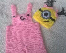 Tenue de main crochet bébé fille minion.  Séance de photo.