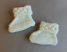 marianna's lazy daisy days: Danika Baby Hat, Mittens and Bootees. free pattern : marianna's lazy daisy days: Danika Baby Hat, Mittens and Bootees. Baby Cardigan Knitting Pattern Free, Baby Booties Free Pattern, Baby Hat Patterns, Knit Baby Booties, Booties Crochet, Baby Hats Knitting, Baby Knitting Patterns, Free Knitting, Crochet Patterns
