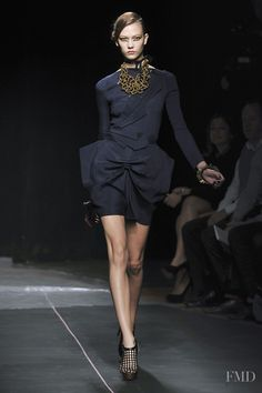 Photo feat. Karlie Kloss - RM by the designer Roland Mouret - Spring/Summer 2010 Ready-to-Wear - paris - Fashion Show | Brands | The FMD #lovefmd