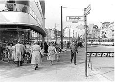 1955 Einkaufsbummel 1955 am damaligen Rheineck,das 3 Jahre spaeter in Walter Schreiber Platz umbenannt wurde