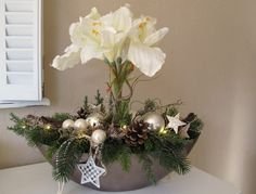 Very noble arrangement in platinum-colored bowl. The elongated shell in boats . Christmas Flower Arrangements, Christmas Flowers, Christmas Centerpieces, Christmas Time, Floral Arrangements, Christmas Wreaths, Christmas Crafts, Christmas Decorations, Holiday Decor