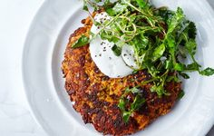 Carrot Pancakes with Salted Yogurt from Bon Appetit. With a texture somewhere between a latke and a pancake, these vegetarian fritters are also gluten-free. (Thanks, chickpea flour! Carrot Pancakes, Savory Pancakes, Savory Breakfast, Chickpea Pancakes, Breakfast Ideas, Chickpea Fritters, Yogurt Pancakes, Scallion Pancakes, Brunch Recipes