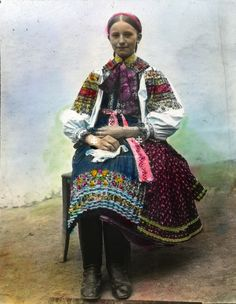 kroj z Čataja 1920 / Folk costume from Čataj, Slovakia Ethnic Outfits, Ethnic Clothes, Dancer In The Dark, Costumes Around The World, Drawing Wallpaper, Folk Clothing, Folk Costume, People Around The World, Traditional Outfits