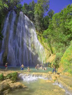 Visitors enjoy the swimming hole at Cascada El Limon © Jane Sweeney