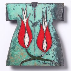 Raku Ceramic from Japan is here combined with tradition and symbolism of the Ottoman Empire: a kaftan decorated with a tulip, Turkish symbol of beauty, perfection and God. Raku has a rich metallic glaze with an unpredictable crackled effect.