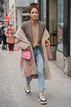 NYFW Best Street Style shot by Stacie Yue Stylish and Comfy Winter School Outfits Ideas Street Style Outfits, Look Street Style, Nyfw Street Style, Street Style Trends, Casual Street Style, Mode Outfits, Fall Outfits, Winter Fashion Street Style, School Outfits