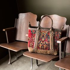 Take your bag to the show day Photo credit @molly_stone Location and theater chairs: @md_qualitygoods